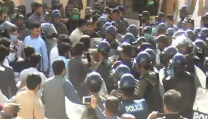 Police try to quell protests at the Balochistan Assembly. Photo: Geo News screengrab